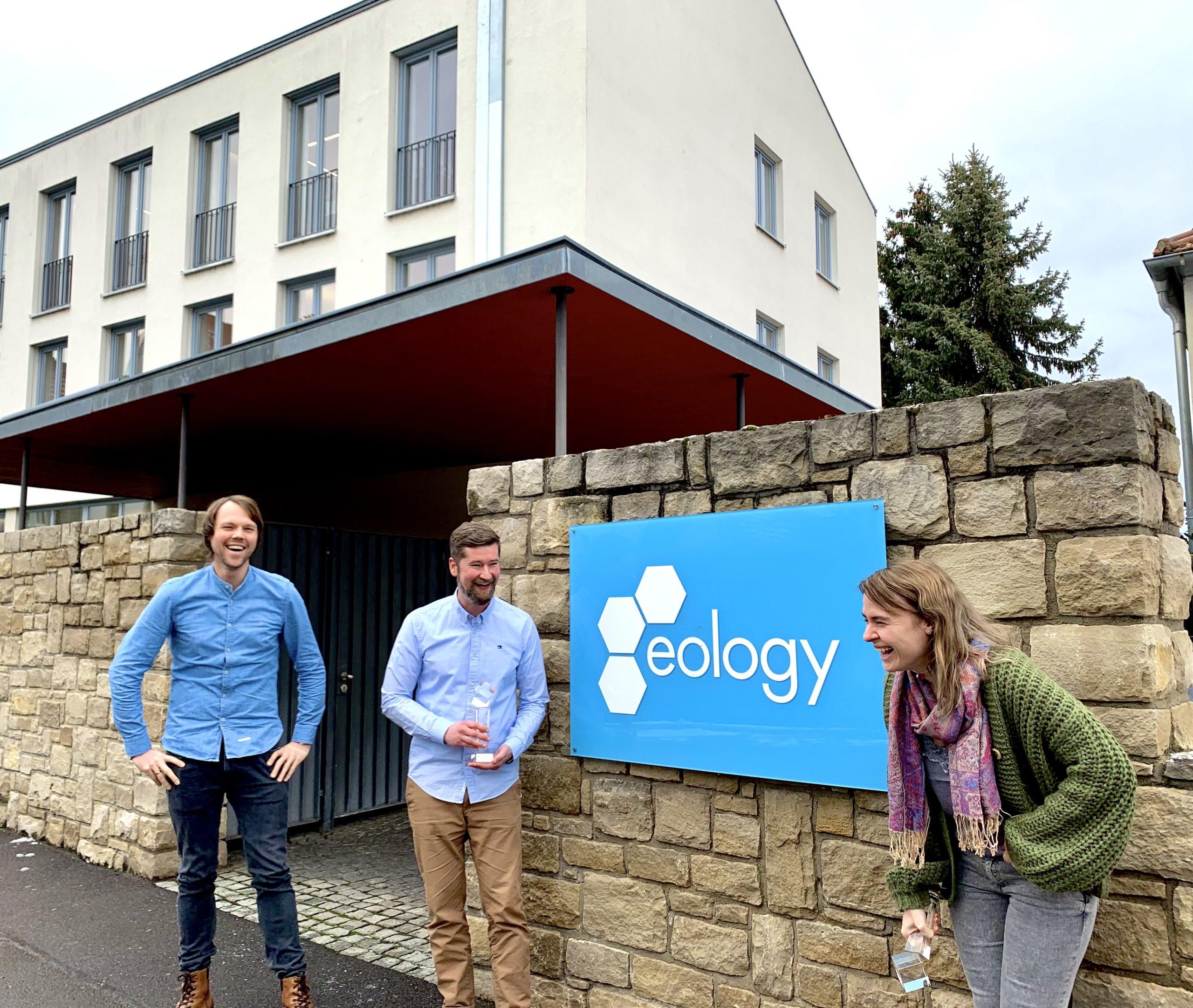 Auf dem Bild zu sehen sind die beiden Geschäftsführer Daniel Unger und Axel Scheuering mit Senior SEO Consultant Lena Kapp vor dem Volkacher Büro der eology GmbH.