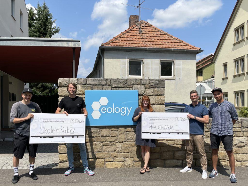 Auf dem Bild zu sehen sind die beiden Geschäftsführer der eology GmbH (jeweils rechts vom Übergabescheck) gemeinsam mit Mitgliedern der Organisationen Skate'n'Rock e. V. und Viva con Agua.